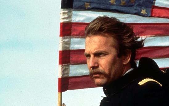 Una scena di Balla coi lupi con Dunbar con la bandiera USA