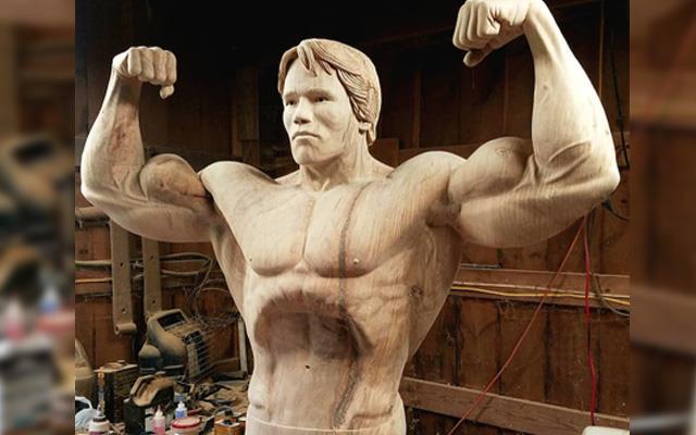 La scultura in legno che riproduce le fattezze di Schwarzy