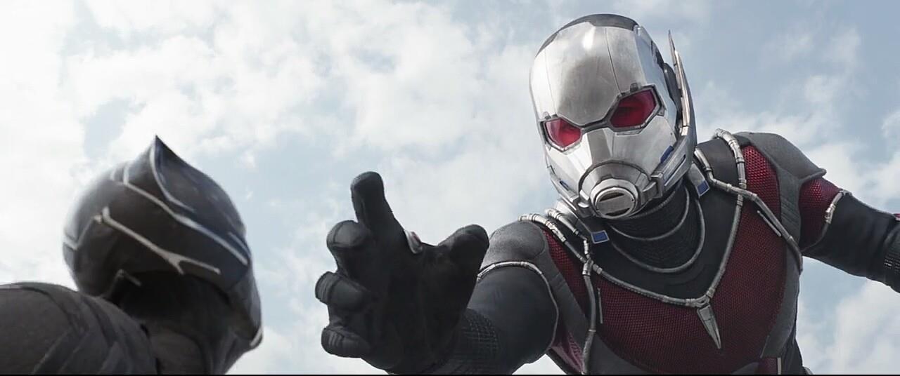 Ant-Man in versione gigante cerca di afferrare Pantera Nera