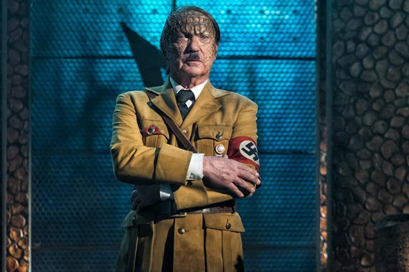 Un primo piano di Udo Kier versione Hitler zombie in Iron Sky: The Coming Race