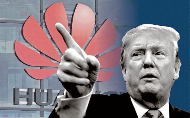 Primo piano di Donald Trump; sullo sfondo il logo di Huawei