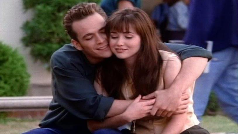 Shannen Doherty e Luke Perry abbracciati in una scena di Beverly Hills 90210