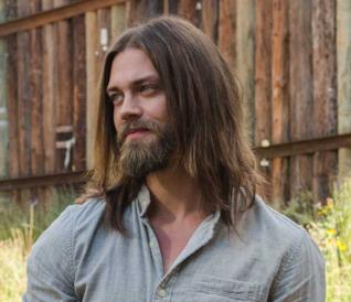 Tom Payne in un'immagine da The Walking Dead