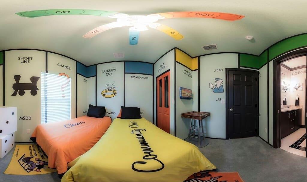 La stanza dedicata al Monopoly con le caselle e i dadi giganti del gioco