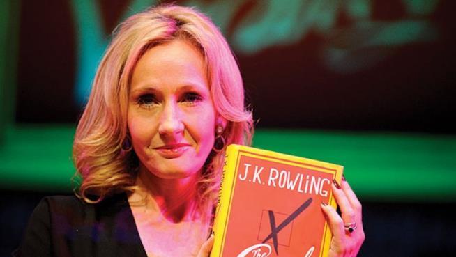 Un primo piano di J.K. Rowling con Cormoran Strike