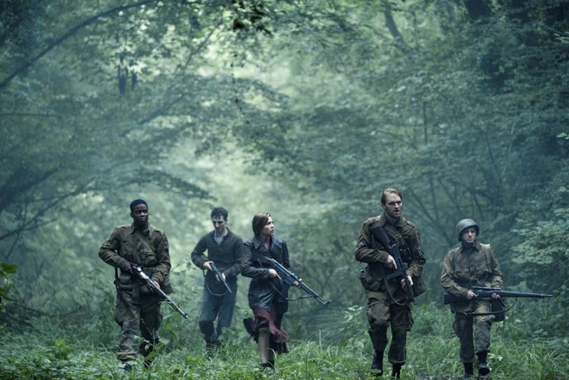 I protagonisti di Overlord si aggirano per il bosco in una scena del film