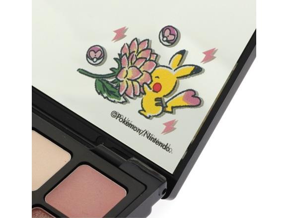 Pikachu annusa i fiori sulla trousse